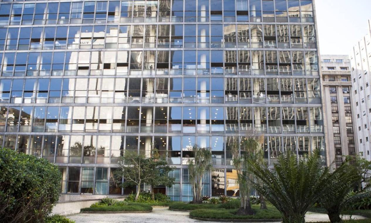 Palácio Gustavo Capanema foi a primeira construção a ter toda a fachada coberta por vidro Foto: Laura Marques / O Globo