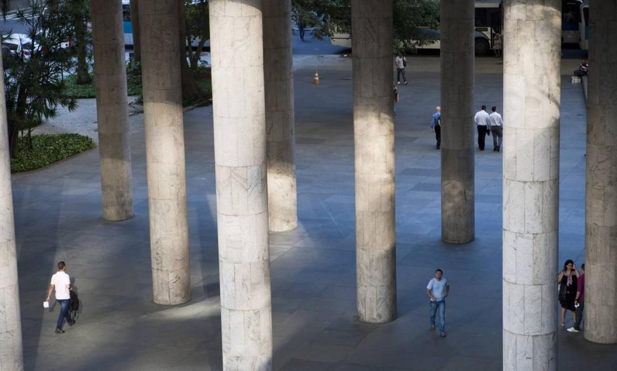 Uma das inovações modernistas foi a criação de espaços abertos na arquitetura, como é o caso do pilotis Foto: Laura Marques / O Globo