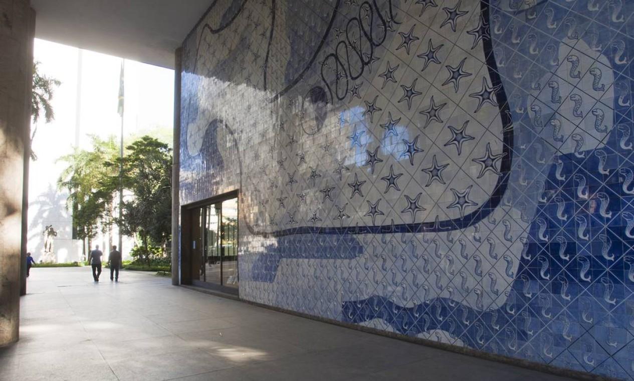 Na foto, uns dos painéis mais conhecidos do Palácio Capanema Foto: Laura Marques / O Globo