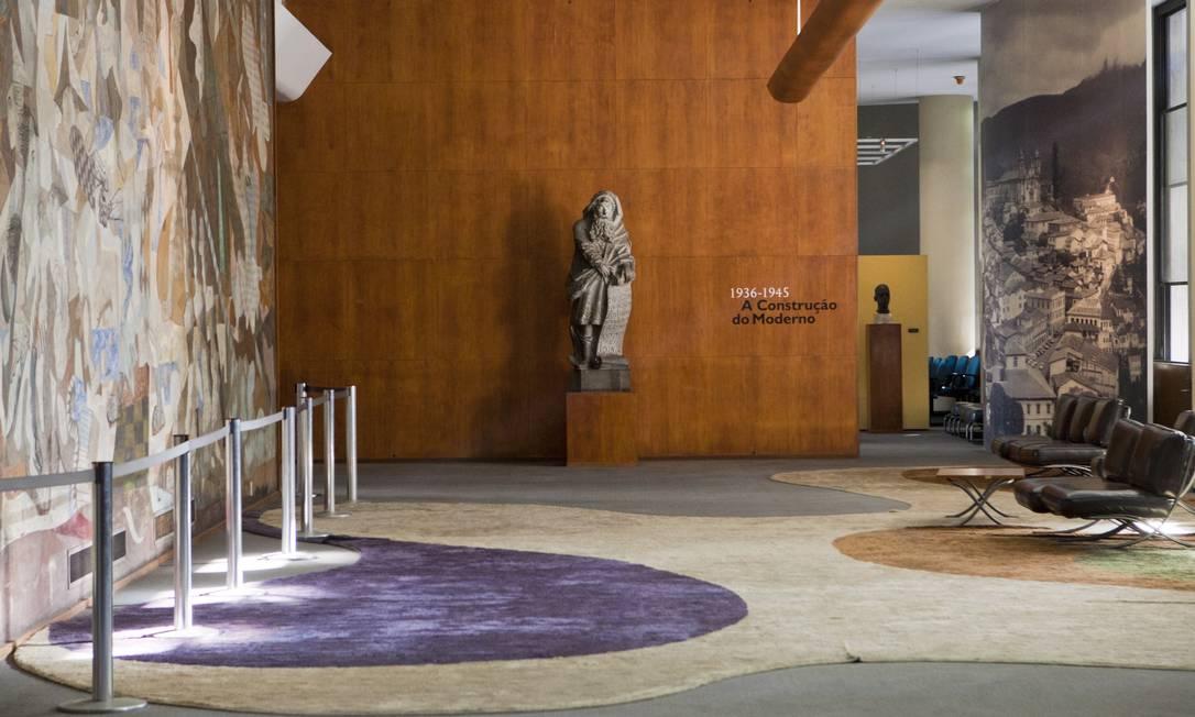 Em frente ao painel de Portinari, um tapete de Oscar Niemeyer enfeita uma das salas do prédio Laura Marques / O Globo