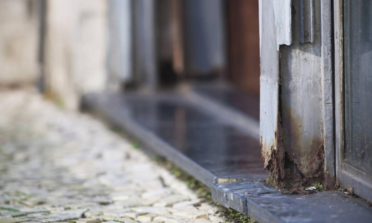 Ferrugem é um dos problemas da manutenção do prédio Foto: Laura Marques / O Globo