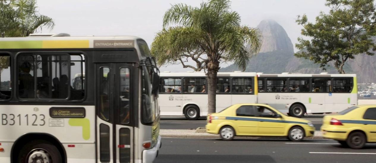 Os novos ônibus são de empresas que venceram a primeira concorrência realizada para o serviço na cidade Foto: Gustavo Stephan / O Globo