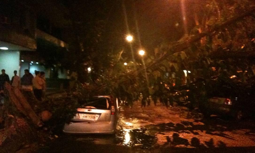 O trânsito foi bloqueado na Rua Souza Lima Foto do leitor Felipe / Eu-Repórter