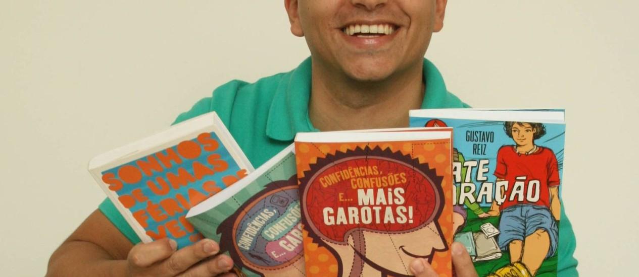O autor carioca Gustavo Reiz mostra suas criações Foto: Manuela Duarte / Divulgação