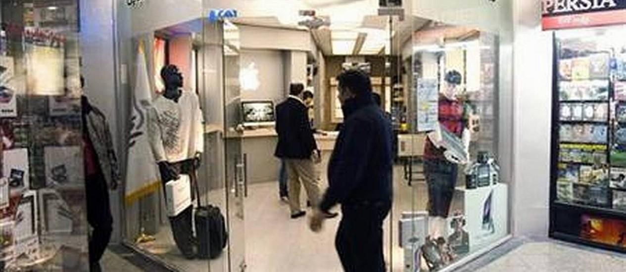 Lojinha não-oficial de produtos Apple em um shopping ao norte de Teerã, capital do Irã Foto: Marcus George/Reuters