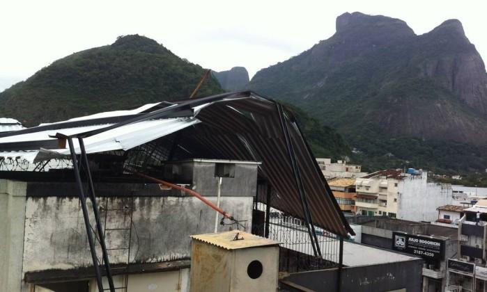 Prédio foi destelhado na Avenida Olegário Maciel, na Barra da Tijuca Foto do leitor Fernando Lemos Sales / Eu-Repórter