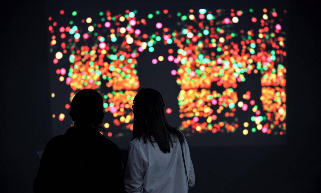 """Performance de Yayoi Kusama, """"Infinite Kusama"""", que a artista vai reapresentar na Tate, em espaço dedicado à prática Divulgação"""