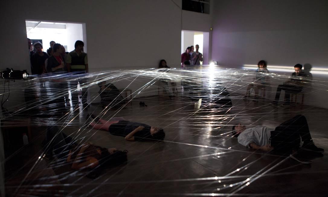 """""""Movement with a rest product"""" (2011), performance dos holandeses Rose Akras e Rob Visser, feita com linha de nylon no espaço da galeria Vermelho Divulgação"""
