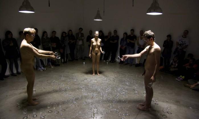 """Performance """"Suando e resistindo"""" (2010), de Marco Paulo Rolla. Nus, artistas quebravam taças ao longo da performance, apresentada na galeria Vermelho Divulgação"""