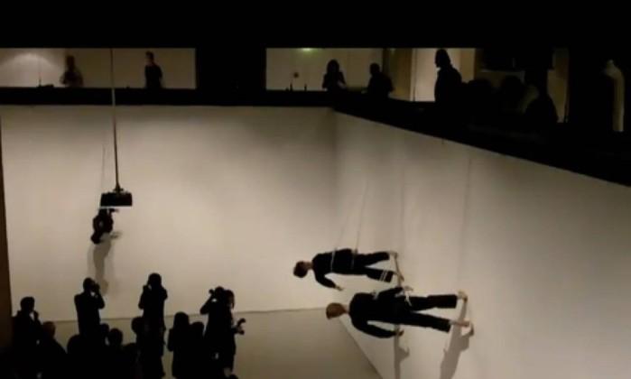 """Frame do vídeo de """"Walking on the wall"""" (2011), performance de Trisha Brown apresentada na Barbican Gallery, em 2011. A coreógrafa, nos anos 1960 e 1970, aproximou-se de grupos como o Fluxus e trabalhou na criação de performances Divulgação"""