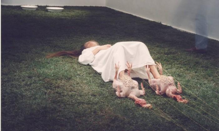 """Performance """"Ação de graças"""", de Márcia X, artista carioca ícone da prática no país, que teve acervo comprado recentemente pelo MAM Divulgação"""