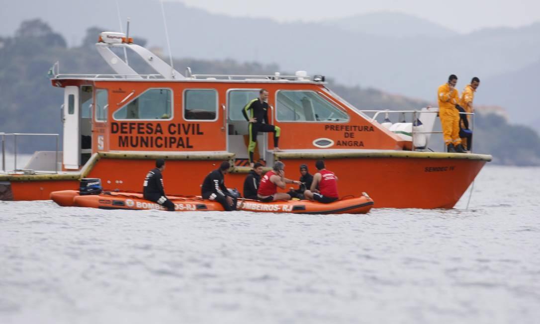 Equipes que trabalham no resgate do bimotor que caiu no mar perto de Ilha de Cataguazes, na Baía da Ilha Grande, conseguiram içar a cabine da aeronave na tarde desta sexta-feira Foto: Marcos Tristão / O Globo