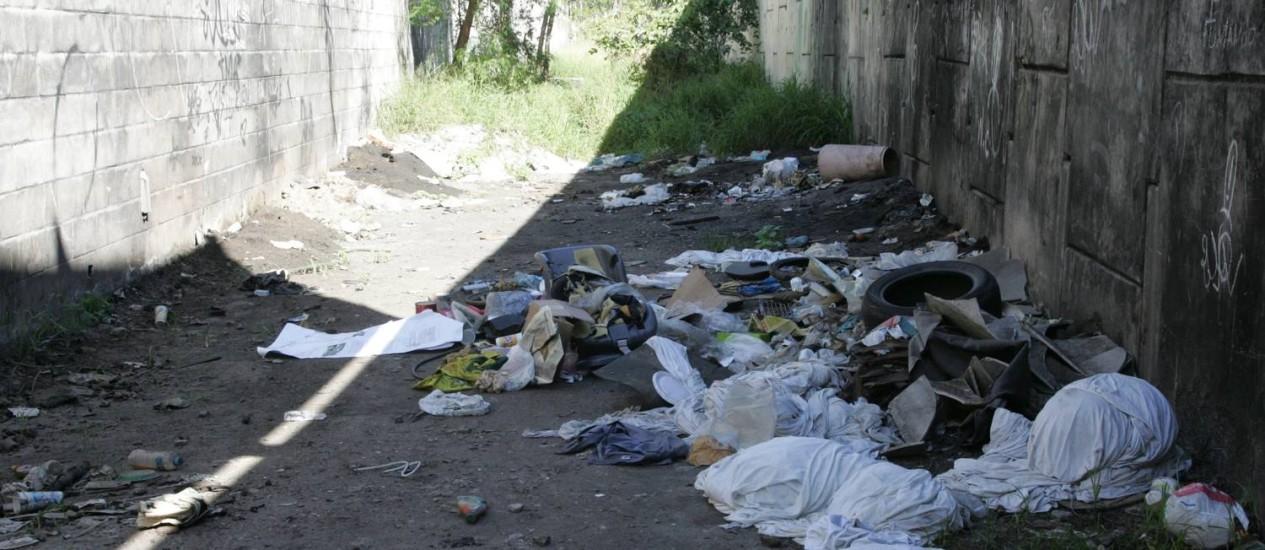 Acúmulo de lixo no entorno do Colégio Estadual Olinto da Gama Botelho incomoda estudantes Foto: Pedro Teixeira / Agência O Globo