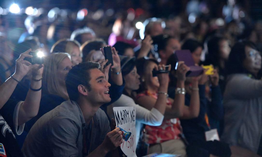 Fãs enlouquecem com a participação de Robert Pattinson no bate-papo sobre a saga Crepúsculo AP