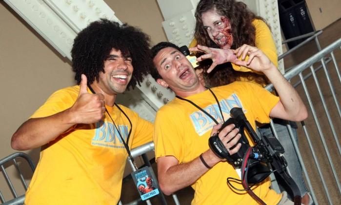 Participantes da Comic-Con se fantasiam de zumbi para surpreender amigos e desconhecidos Divulgação