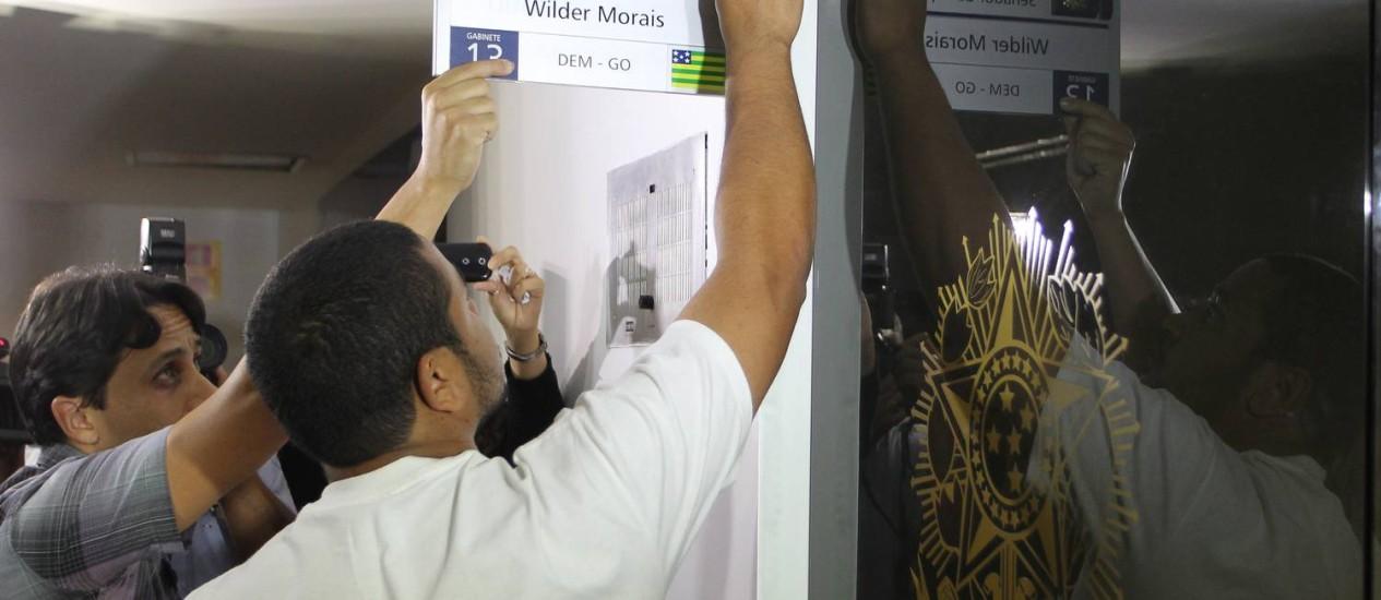Funcionários do Senado colocam placa com nome do suplente do ex-senador Demóstenes Torres, Wilder de Morais (DEM-GO) Foto: O Globo / Aílton de Freitas