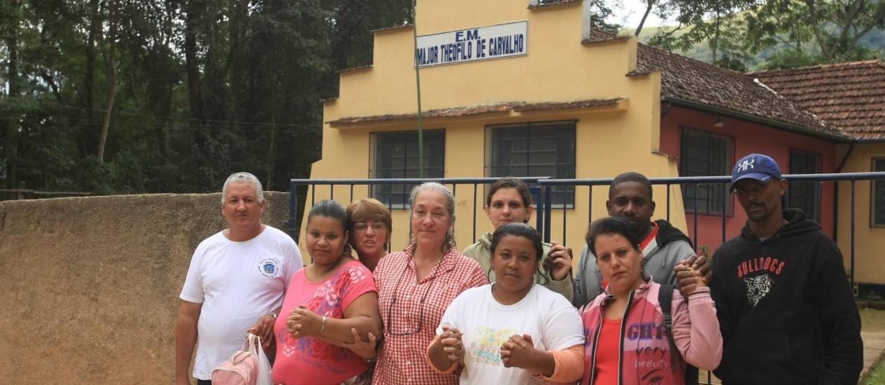 De mãos dadas, um grupo de pais que espera uma solução da prefeitura Foto: Guilherme Leporace / Agência O Globo