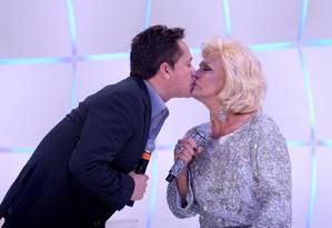 Hebe beija o cantor Leonardo Foto: Lourival Ribeiro/SBT