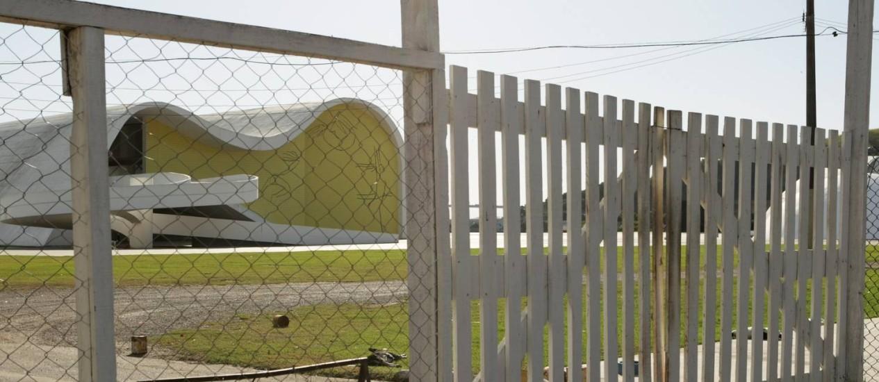 Portões fechados: no complexo arquitetônico, equipamentos prontos não estão abertos ao público Foto: Laura Marques / Agência O Globo