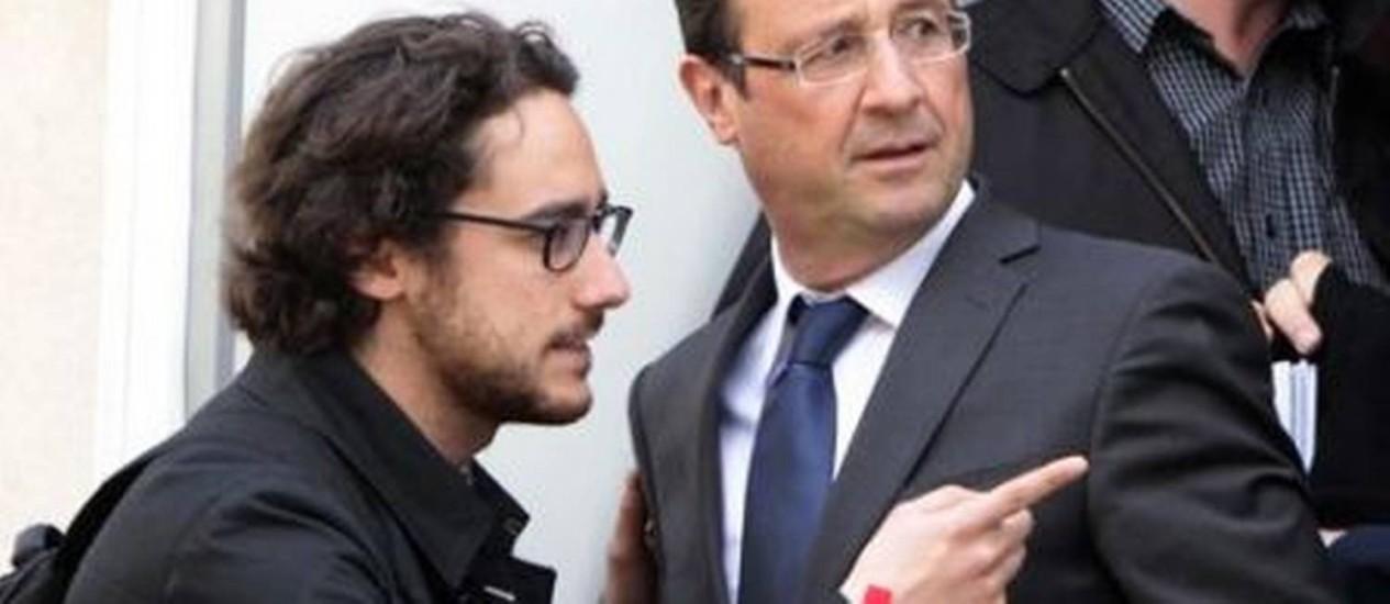 O presidente François Hollande e o filho Thomas durante a campanha, em abril Foto: AFP