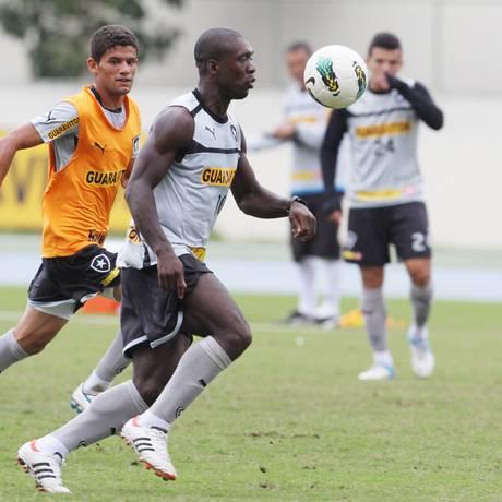 Seedorf controla a bola observado por Jádson no Engenhão Foto: Jorge William / O Globo