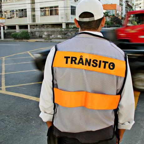 Agente de trânsito observa motoristas na Avenida Roberto Silveira, em Icaraí Foto: Elisa Mendes / Agência O Globo