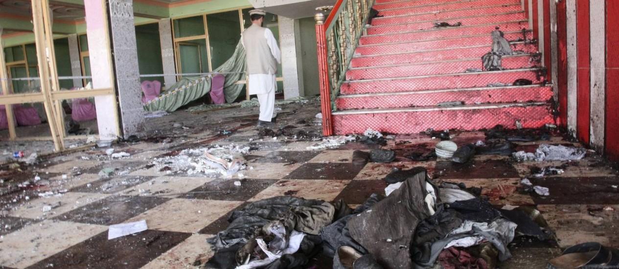 Homem afegão caminha no lugar do ataque na província de Samangan Foto: REUTERS