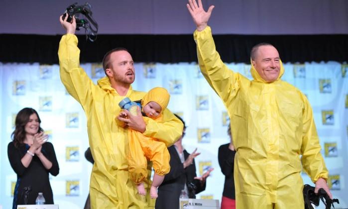 Aaron Paul e Bryan Cranston usaram roupas de seus personagens em 'Breaking bad' e foram aplaudidos após painel sobre a última temporada da série AP