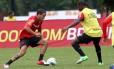 Ramon arrisca um drible no treino do Flamengo: o lateral-esquerdo estreia contra o Bahia