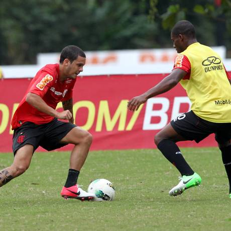 Ramon arrisca um drible no treino do Flamengo: o lateral-esquerdo estreia contra o Bahia Foto: O Globo / Cezar Loureiro