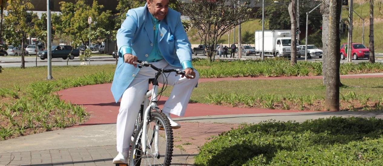 Agnaldo Timóteo fez polêmica em sua bicicleta neste sábado Foto: Agência O Globo / Eliária Andrade