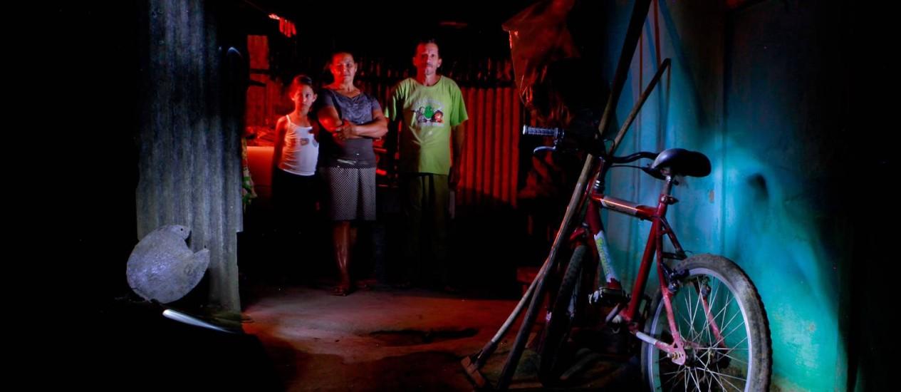 Maria Nilzete (ao centro) com a filha Luzia e o marido Juarez Pereira: a família defuma os alimentos para que eles não se estraguem Foto: Pedro Kirilos / Agência O Globo