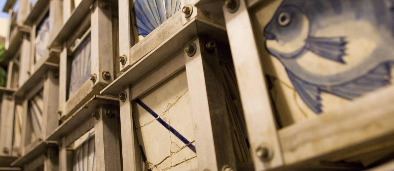 Azulejos de reposição numa sala do palácio. No local, foi encontrado painel inédito de Candido Portinari Foto: Laura Marques / Agência O Globo
