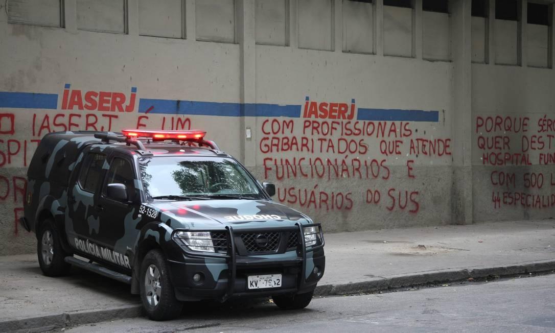 Policiais do Batalhão de Choque acompanham transferência de pacientes do Iaserj Foto: O Globo / Eduardo Naddar