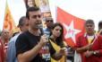 Marcelo Freixo, do PSOL, faz campanha ao lado de militantes do PT, partido que apoia oficialmente Paes