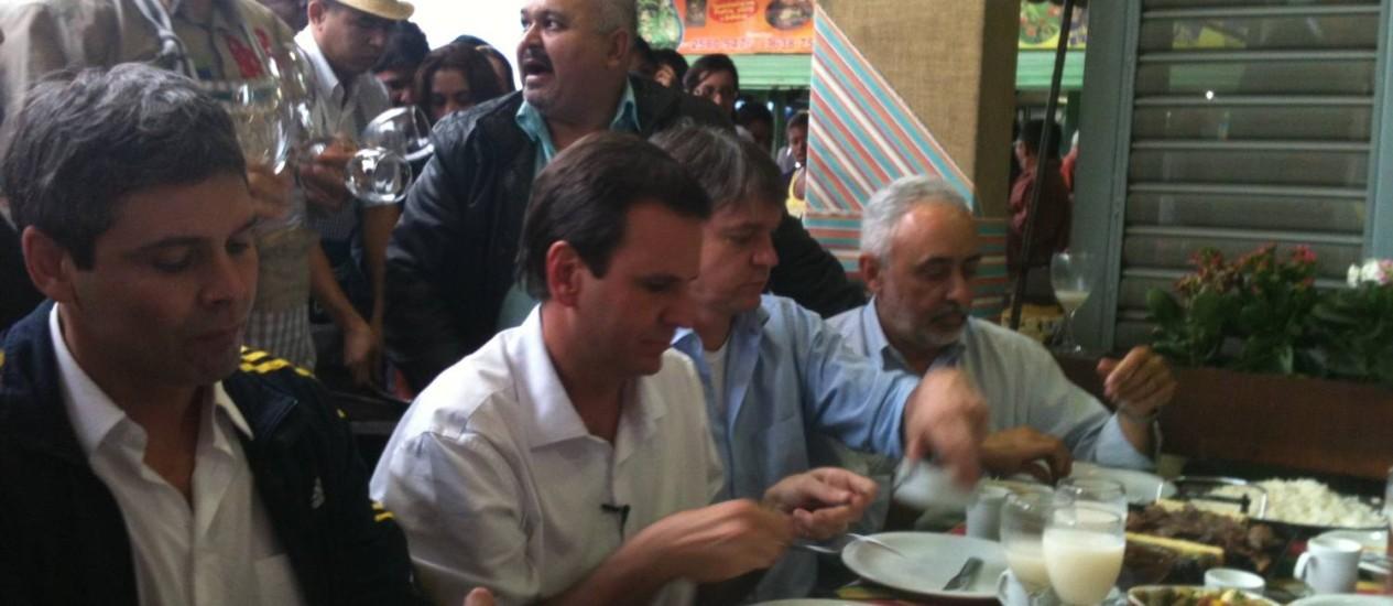Eduardo Paes esteve na Feira de São Cristóvão com sua base aliada nestas eleições Foto: O Globo / Luiz Gustavo Schmitt