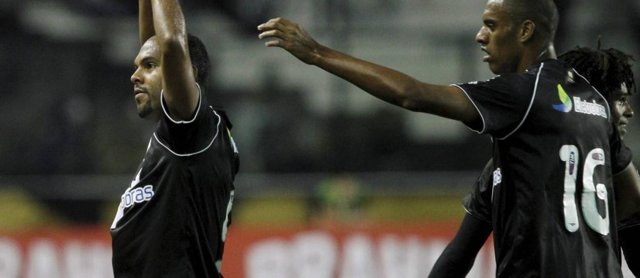 Alecsandro comemora o único gol da partida Foto: Bruno Gonzalez / O Globo/Extra