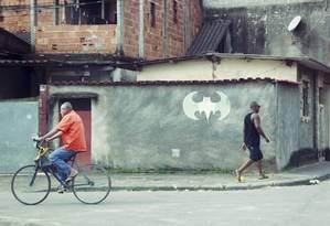 Símbolo do Batman, em referência ao miliciano, em comunidade da Zona Oeste Foto: Agência O Globo / Marcelo Piu