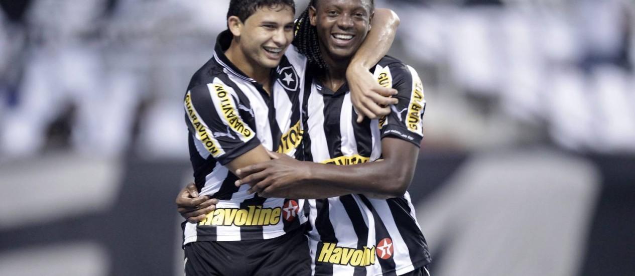 Elkeson comemora com Andrezinho o gol de empate do Botafogo no clássico Foto: O Globo / Guito Moreto