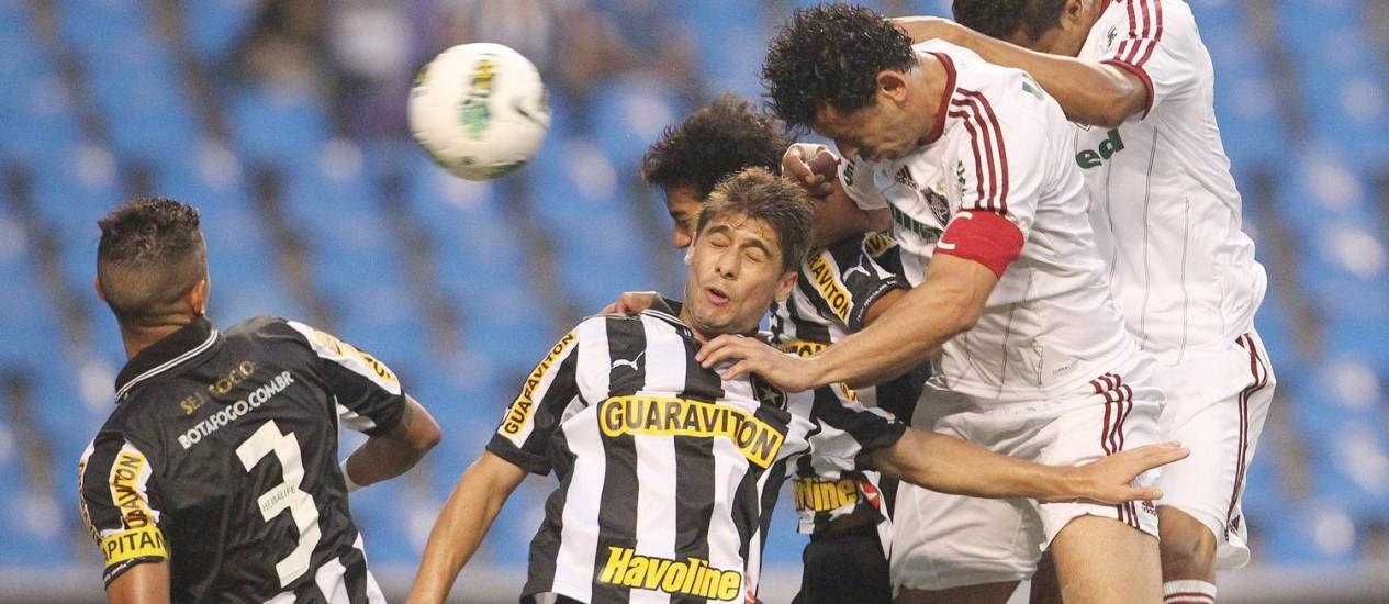 Fellype Gabriel disputa a bola com Fred durante a partida. Ele lamentou a chance perdida Foto: Jorge William / O Globo