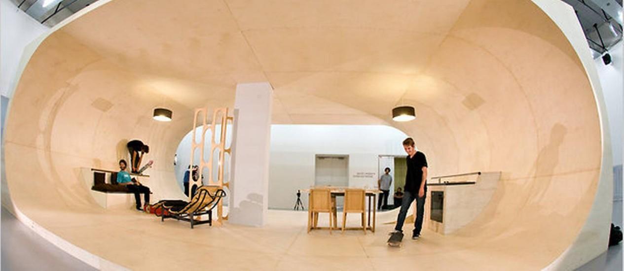 Na sala, móveis servem de obstáculo para as manobras na pista de skat Foto: NYT