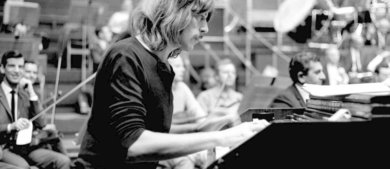 Jon Lord, em foto de 1969, grava com o Deep Purple e a Royal Philharmonic Orchestra Foto: AP