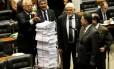 Deputado Anthony Garotinho (PR-RJ) entrega ao deputado Miro Teixeira 68 quilos de documentos que, segundo ele, comprovam o envolvimento do governador do Rio, Sérgio Cabral (PMDB), com a construtora Delta