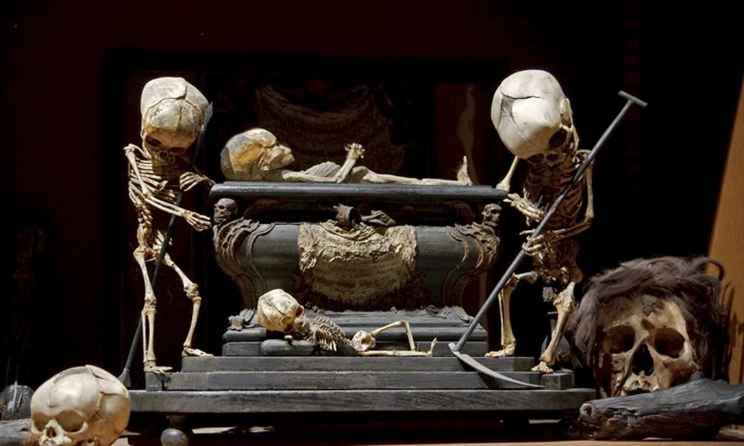 The Morbid Anatomy Library (Brooklyn, Nova York, EUA). Essa coleção privada tem velhos livros de medicina, modelos anatômicos em cera hiperrealistas, crânios e miudezes diversas. A escultura 'Memento mori' usa crânios e esqueletos de crianças Foto: Divulgação