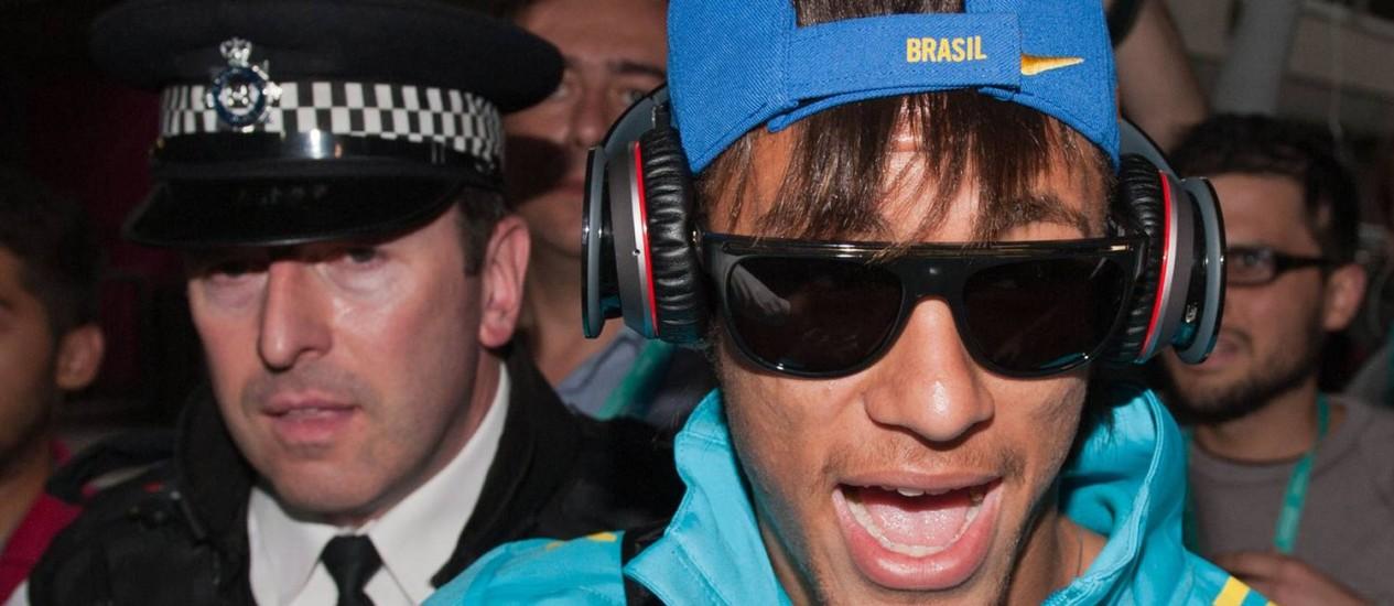 Neymar foi o mais assediado entre os jogadores da seleção Foto: AFP
