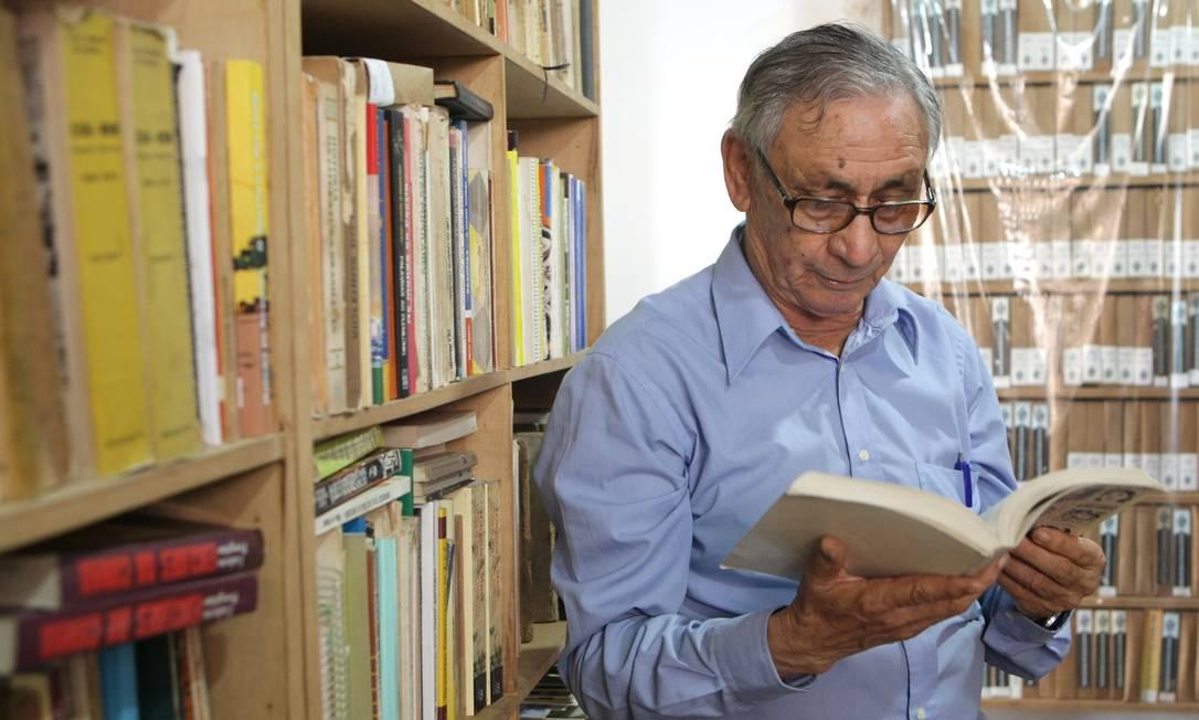 Gonçalo Ferreira na biblioteca da Academia Brasileira de Literatura de Cordel: local abriga quase 200 mil títulos Foto: Laura Marques / Agência O Globo
