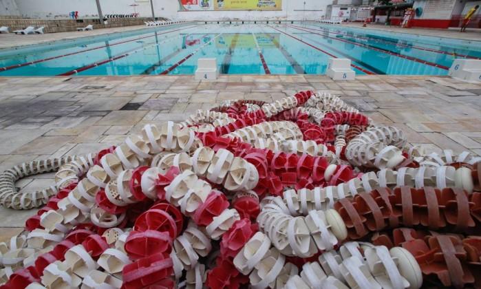 Material usado nas atividades aquáticas ficam no pátio piscina Pedro Kirilos / Agência O Globo