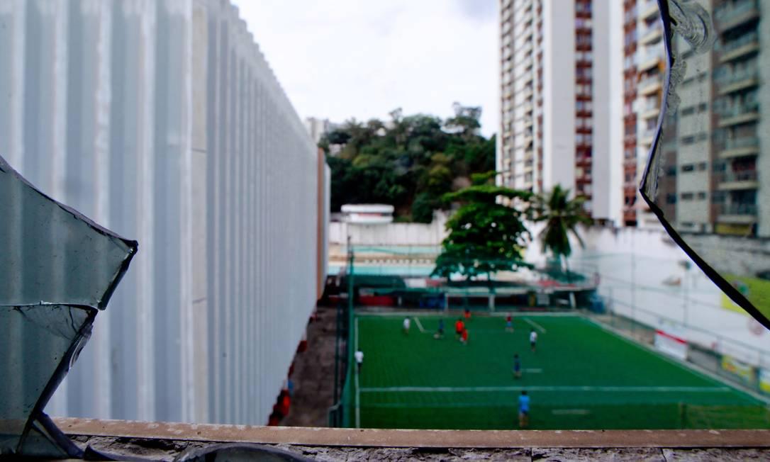 Vidro quebrado na sede do clube, que completa 104 anos Pedro Kirilos / Agência O Globo