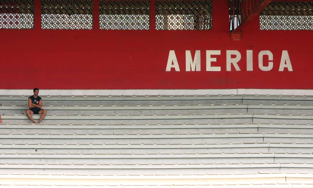 Torcedor solitário assiste ao treino do America, em Edson Passos, em abril de 2011 Guilherme Pinto / Agência O Globo