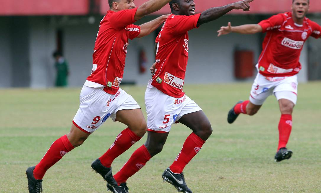 Jogadores comemoram o primeiro gol no jogo America X Cabofriense, em Edson Passos. Time venceu por 2 a 0, em março de 2011 Cezar Loureiro / Agência O Globo